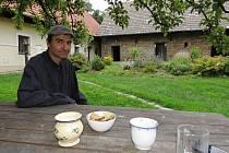 Miloslav Chytil chová ovce, hospodaří a začal provozovat ubytovací zařízení pro turisty.