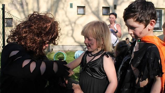 Malé i velké čarodějnice, a také čarodějníci si v sobotu 28. dubna užili na hřišti a v jeho okolí ve Vražném. Spolek Babinec tam se členkami místní kulturní komise pořádal Pálení čarodějnic.