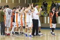 Basketbalisté Nového Jičína mají pro letošní sezonu dohráno. Tým trenérského dua David Hájek, Martin Zdražil, se probojoval až do play-off, kde ve čtvrtfinále nestačil na favorizovaný Hradec Králové.