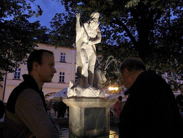 Takzvaný frenštátský Jonáš, jinak socha římského boha Neptuna, opět vévodí kašně na náměstí ve Frenštátě pod Radhoštěm.