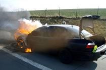 Požár osobního vozidla Opel Omega museli v sobotu 20. února krátce před polednem likvidovat přímo na dálnici D1 dvě jednotky hasičů.