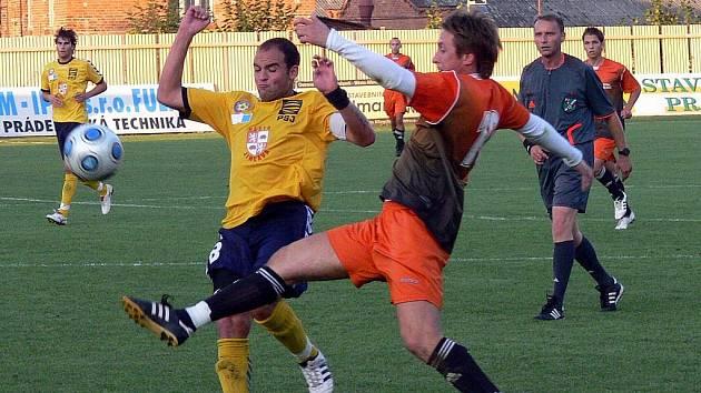 Fotbalisté Fulneku (v oranžovém) prohráli na domácím stadionu s rezervou jihlavské Vysočiny.