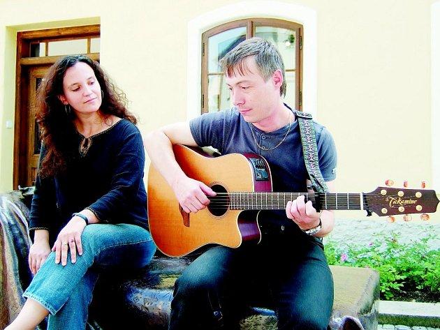 Hluční sousedé, tak se jmenuje hudební pár, který již téměř deset let žije v Kopřivnici.
