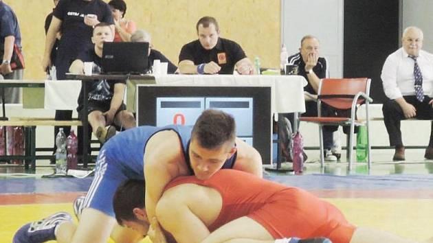 Tichavský zápasník Martin Šoukal (v modrém) v souboji s Janatschem z Rakouska.