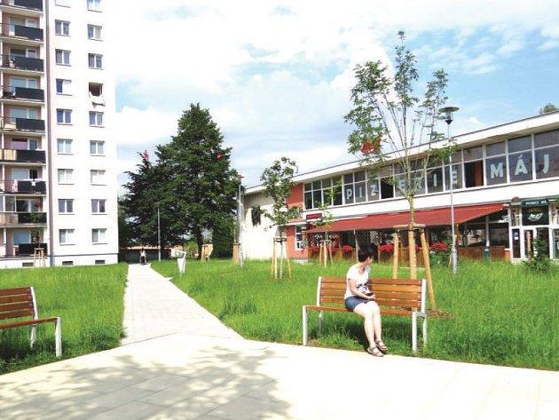 Sídliště Dlouhá nyní nabízí lidem klidné posezení v zeleném parčíku se stromy a lavičkami.