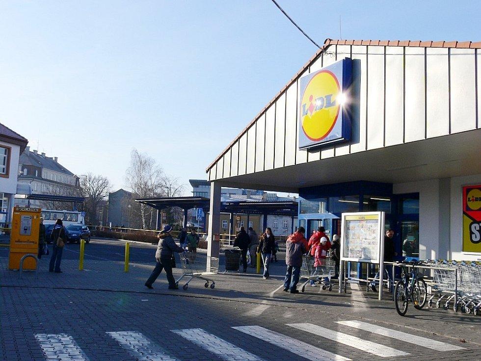 Prodejna Lidl stojí v Novém Jičíně na autobusovém nádraží. Podbně to chce spoelčnost Lidl udělat i v Odrách.