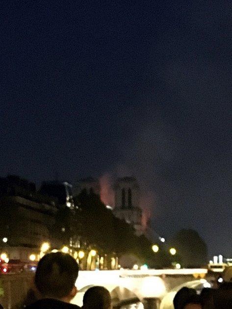 Pondělí večer. Katedrála Notre-Dame hoří!