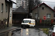 Automobily z Hranické ulice, která je hlavní, mají problém vjet do Mendlovy ulice, pokud v ní před křižovatkou stojí auto. Je tam nedostatek prostoru.