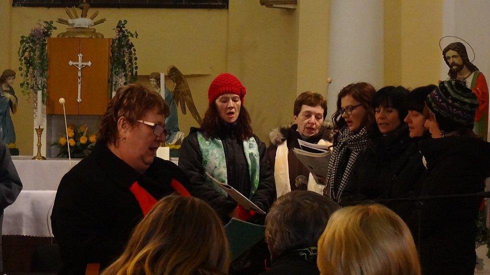 Česko zpívá koledy ve Vrchách, kde v kostele sv. Jiří společně zazpíval místní sbor Krákorky a Schola Jezdkovice.