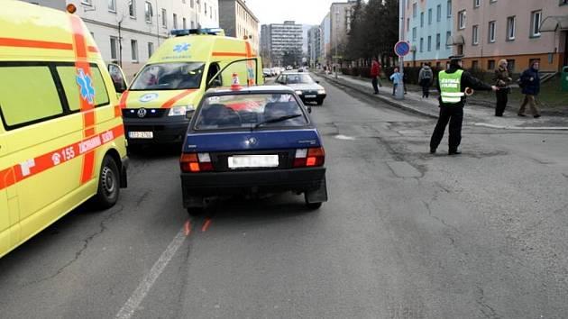 Čtyřiasedmdesátiletého chodce srazil ve středu odpoledne v centru Kopřivnice mimo přechod řidič Škody Favorit. Chdec skončil v kritickém stavu ve fakultní nemocnici v Ostravě.