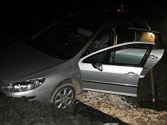 Devatenáctiletý muž auto nejdříve ukradl, pak zběsile ujížděl policistům a nakonec havaroval.