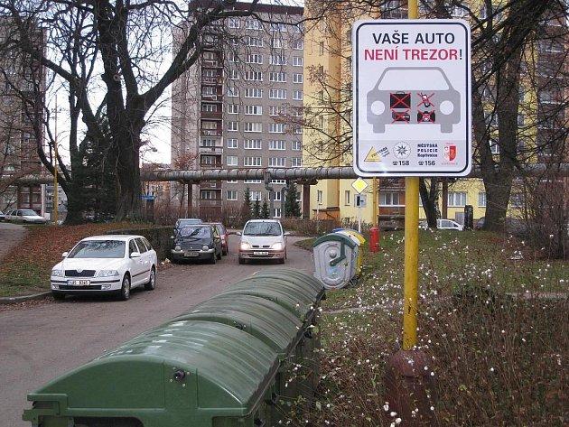 Vaše auto není trezor, varují informační tabule v Kopřivnici.