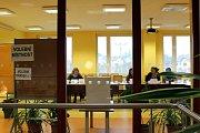 V Jeseníku nad Odrou seděla volební komise obvodu číslo 1 v prosklené zasedací síni na obecním úřadě.