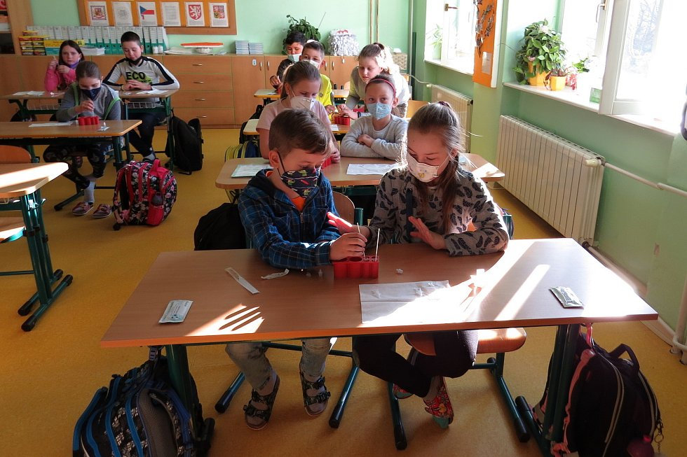 Na všech základních školách opět začala v pondělí 12. dubna 2021 výuka. Zatím pro I. stupeň. Podmínkou pro účast na vyučování byl negativní test na přítomnost viru covid-19. Takto to vypadalo v ZŠ Komenského v Odrách.