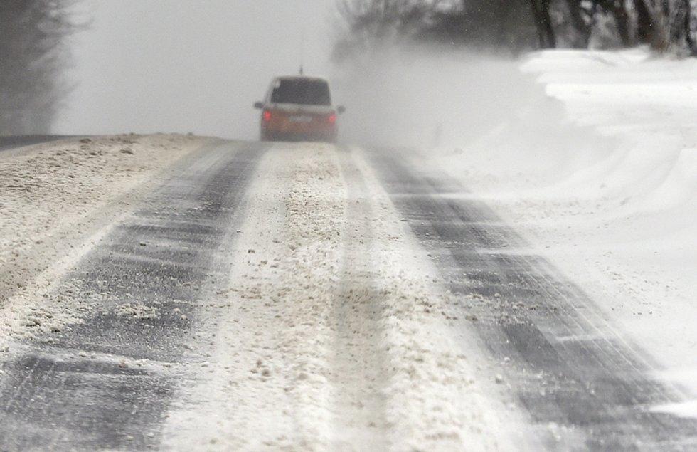 Špatné počasí dělá řidičům problémy. To byl i případ seniora na Novojičínsku.