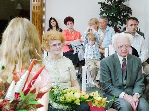 Manželé Věra a Valdemar Koziolovi si připomněli šedesát let společného života v kapli svaté Barbory v Bílovci.