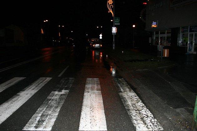 Svědky, kteří viděli pondělní nehodu u frenštátského obchodního domu Kyčera, hledá policie.