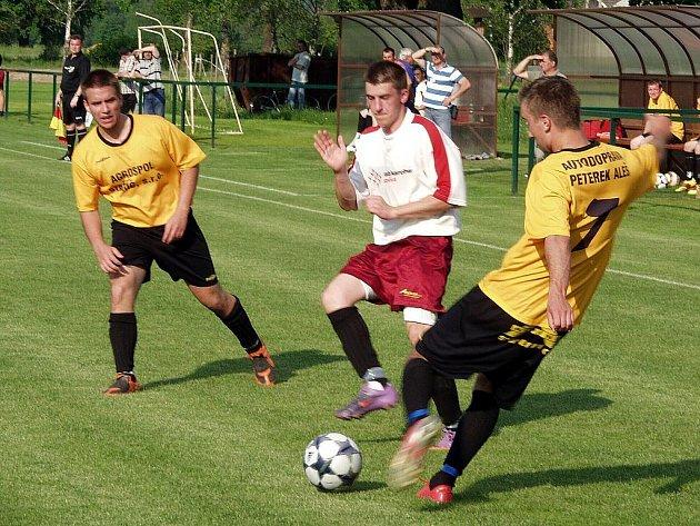 Fotbalisté Jeseníku nad Odrou (bílé dresy) na domácím hřišti podlehli Staříči.