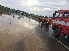 Velká vodní laguna, která vznikla po ranním dešti, v úterý znemožňovala řidičům nájezd na dálnici D1 u Fulneku.