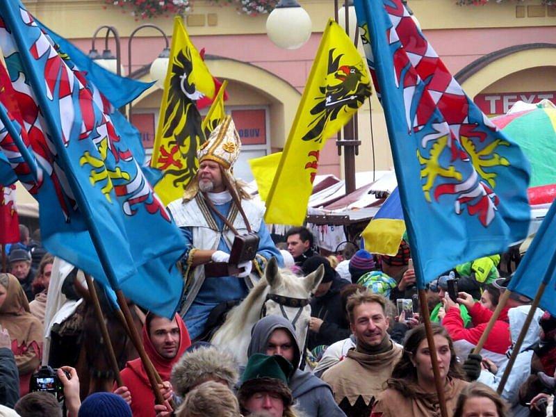 Doslova ve švech praskalo v sobotu 12. listopadu náměstí Míru ve Frenštátě pod Radhoštěm. Nikdo si totiž nechtěl nechat ujít slavnostní příjezd patrona města, svatého Martina na bílém koni, se svojí početnou družinou.