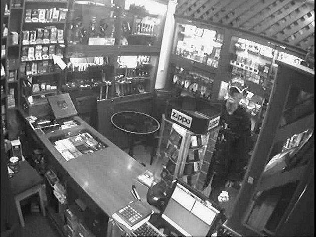 Policisté pátrají po pachateli, který v prodejně ve Frenštátě pod Radhoštěm odcizil DVD nosiče s válečnou a erotickou tématikou.