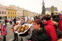 Masopustní veselí ovládlo bílovecké náměstí v úterý 13. února. Nechybělo ani tancování s medvědem.