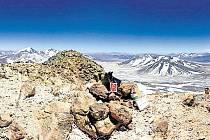 Jiří Klein si splnil sen o zdolání nejvyšší činné sopky na světě. Vrcholek vulkánu Ojos del Salado ozdobil mimo jiné také znakem města Bílovce.