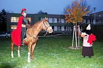 Dětmi očekávaný svatý Martin zavítal do areálu novojičínské školy v podvečerních hodinách a poté se s nimi vydal na krátký lampionový průvod okolím.