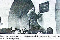 Snímek zobrazuje instalaci cedule s nápisem Masarykovo náměstí v Novém Jičíně.