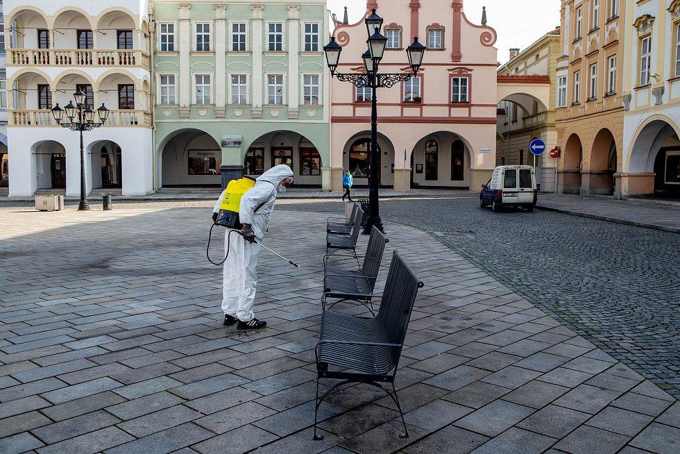 Město Nový Jičín nechalo 27. března 2020 plošně vydezinfikovat všechny autobusové zastávky, lavičky a místa, kde stojí nádoby na směsný i tříděný odpad.