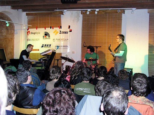 Jazzové trio Phischbacher si mohli návštěvníci novojičínské Galerky vychutnat také loni.