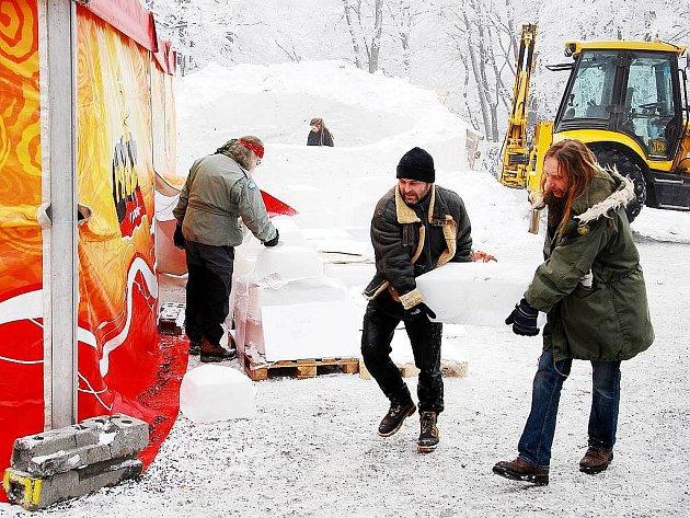 Ve dnech 16. – 17. ledna probíhá na Pustevnách v Beskydech již dvanácté sochařské sympozium Sněhové království.