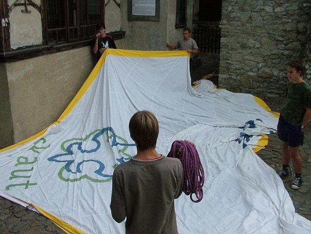 0bří skautský šátek o rozměrech dvacet krát devět metrů dal štramberským skautům zabrat.