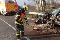 V Odrách se čelně srazily dva automobily, řidiče vyprošťovali hasiči.