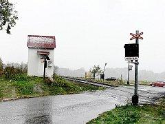 Budka ve výhledu činí podle některých řidičů železniční přejezd nebezpečným.