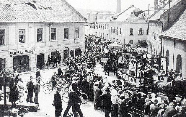 Průvod Výstavy hospodářského obchodu a řemesel v Bílovci od Salchrovy továrny (dnes Massagu) je dnes již téměř zapomenut.