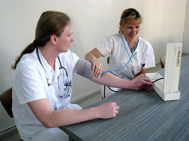 Bílovecká nemocnice uspořádala v úterý Den otevřených dveří. Návštěvníci si mohli nechat změřit zdarma krevní tlak a promluvit si o zdraví s lékaři.