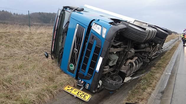 Nehoda polského kamionu Volvo na dálnici D 1. Kamion vezoucí maso skončil v příkopu na pravém boku.