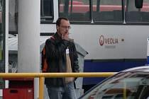 Kouření na zastávkách sledují ve většině měst strážníci se střídavými úspěchy.