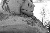 Pískových soch by mělo na Pustevnách vzniknout asi deset. Medvěd bude jednou z nich. Foto: facebook/Pustevny s.r.o.