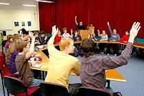 Studenti, podílející se na vytvoření Studentského parlamentu města Bílovec, se sešli, aby projednali stanovy aparátu. Za řečnickým pultem stojí Jáchym Stolička.