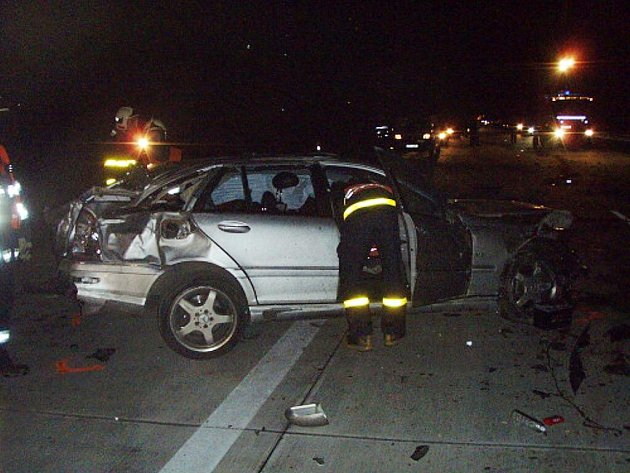 Dva lidé se těžce zranili ve vozidle Mercedes Benz, které 13. prosince večer narazilo na dálnici u Bílova do srny.