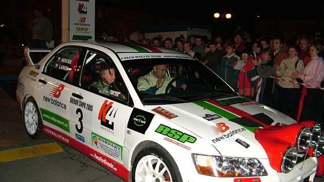 Před rokem a půl mohli fanoušci motorismu shlédnout start  I. VVM plus Rallye Fulnek přímo na fulneckém náměstí. Mezi startujícími se objevil i zpěvák Daniel Landa.