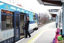 Vlak s odjezdem 10.32 právě opouští zastávku Frenštát pod Radhoštěm město. Zastávka je v provozu od neděle 14. prosince.