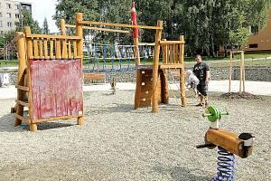 Lidé žíjící na sídlišti se dočkali také nových dětských hřišť.