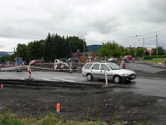 Stavba kruhové křižovatky v Lubině, místní části města Kopřivnice, se pomalu, ale jistě dostává do své druhé fáze.