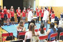 Na nedávných oslavách oderské církevní školy vystoupil také školní sbor.