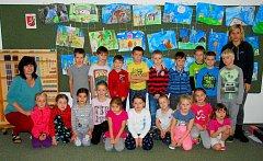 Žáci 1.M (Montessori), Základní školy Tyršova, Nový Jičín, s třídními učitelkami Kateřinou Ondřejíkovou a Ulrikou Kovářovou