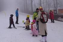 I přes mlhavé počasí si desítky malých i velkých lyžařů nenechalo ujít ukončení letošní zimní sezóny v novojičínském lyžařském areálu Svinec. Čekaly na ně soutěže i diskotéka.