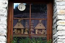 Akce Štramberkem za betlémy zahrnuje zhruby tři desítky rozličných betlémů. K vidění jsou ale i další betlémy, které si lidé vystavili za okna sami.